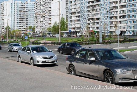 БЛИЦ: Перемещают личные авто около площади Защитников Неба в Крылатском