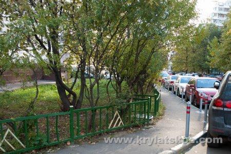 БЛИЦ: полезные столбики на тротуарах Крылатского